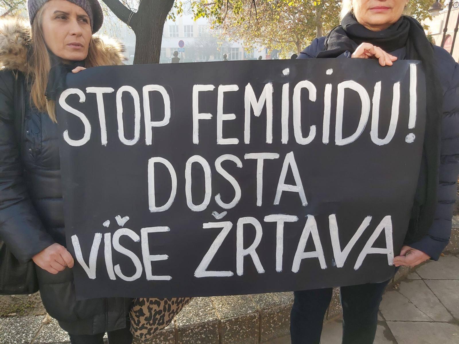 Udruzenje zena Pescanik - Protestno stajanje u Kruševcu povodom Međunarodnog dana borbe protiv femicida